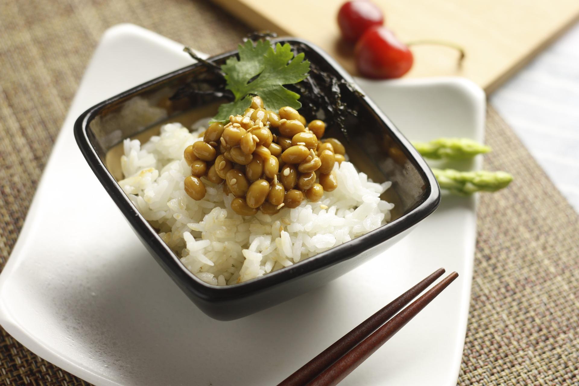Le natto, du soja lacto-fermenté à l'apparence gluante, est un apport précieux en protéines