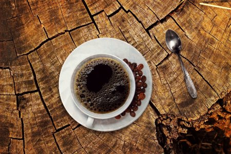 Boire de nombreuses tasses de café chaque jour en pensant que cela aide à vous hydrater est une erreur de jugement