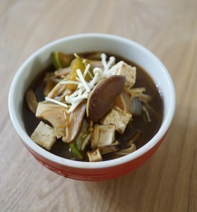 Vous pouvez enrichir votre soupe de miso avec l'algue Wakamé et des champignons shitakés